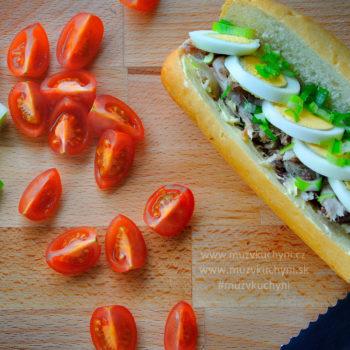 Bageta, tuňák, sendvič, rajče, cibulka, večeře, oběd, snídaně