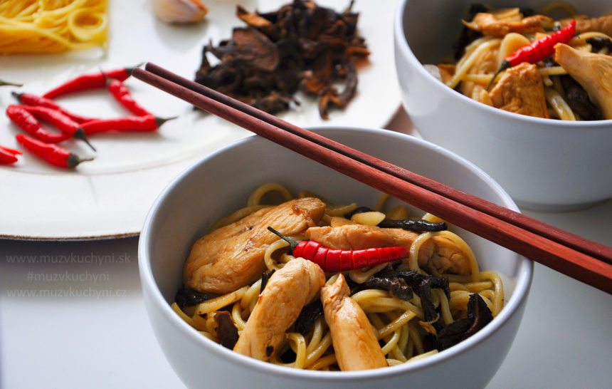 Asijská kuchyně, recept, čínské nudle, kuřecí prsa, sušené houby, česnek, sójová omáčka, worchester,