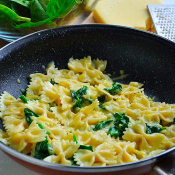 těstoviny, špenát, sýr, česnek, oběd, rychlý, jednoduchý, fitrecept, fitness recept
