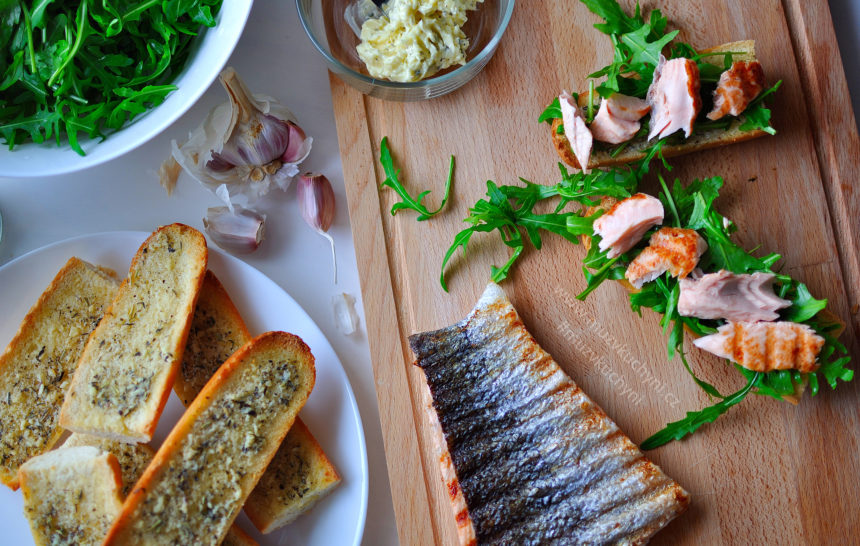 recept, oběd, losos, bylinkové máslo, rukola, česnek, bageta, fitrecept, fitness recept, oslava, párty, sendvič