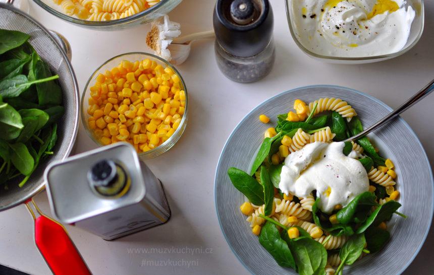 těstovinový salát, česnekový dresing, večeře, fitrecept, fitness recept, těstoviny, špenát, česnek, kukuřice, dresing, olivový olej, lehký, chutná, zdravá, lahodná, jednoduchá večeře