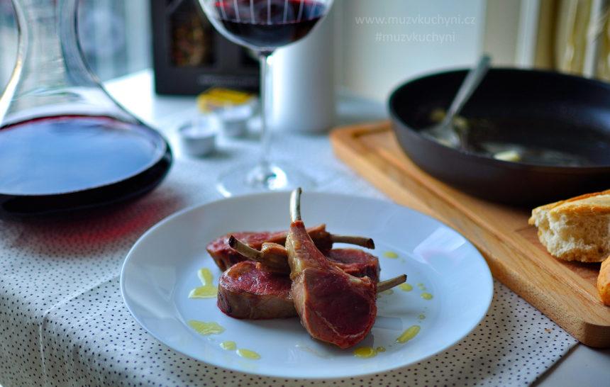 jehněčí maso, jehněčí hřebínek, kotleta, recept, valentýn, jak připravit jehněčí maso, kotletu, výborný recept, česnek, máslo, olivový olej, rozmarýn, bageta, červené víno