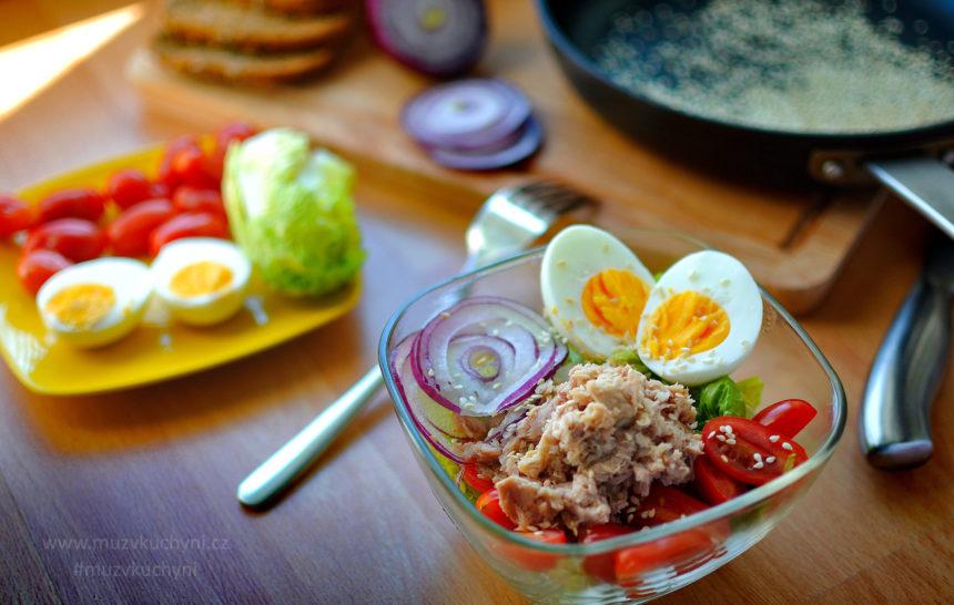 snídaňový salát, snídaně, večeře, recept, fit recept, fitness recept, vajíčka, tuňák, vejce, salát, rajčata, hubnutí