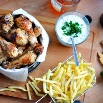 oběd, večeře, grill, grilování, grilovačka, recept, kuřecí maso, stehna, hranolky, okurkový salát