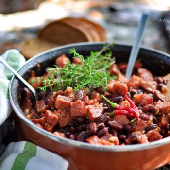 kovbojské fazole, uzené koleno, klobása, recept, tymian, chilli, papričky, na grill, nad ohněm, v přírodě, cheat day