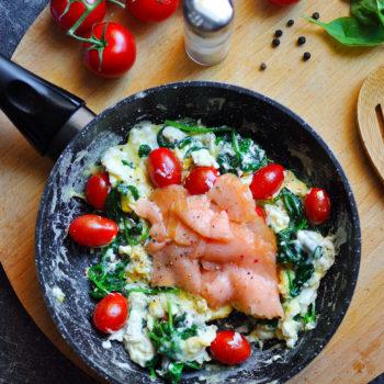 Míchaná vajíčka s uzeným lososem, špenátem a rajčaty