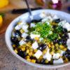 Olivový salát s balkánským sýrem